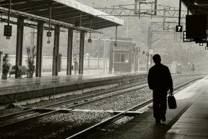 homem-indo-embora-estacao-de-trem
