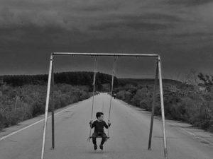 menino_balanco_estrada